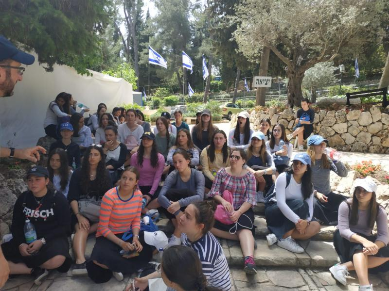 Tour of Har Herzl with R. Jason